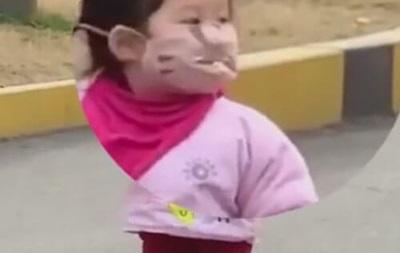 Из-за маски девочка не смогла съесть печенье
