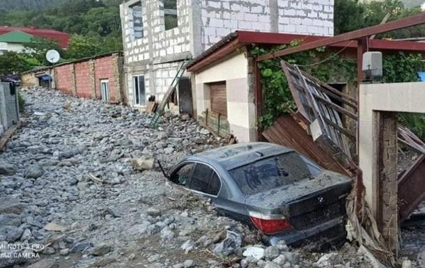В Ялте поселок завалило мусором и камнями